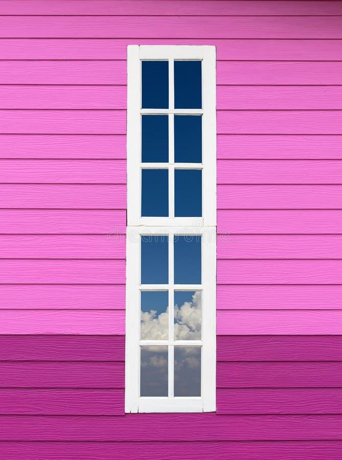 Vit fönsterram i sheraviolet fotografering för bildbyråer