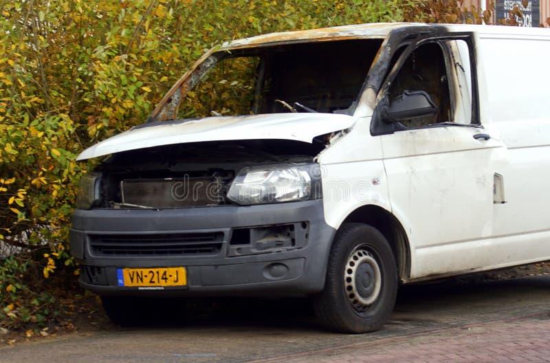 Vit för brännskada Volkswagen ut biltransport arkivfoton