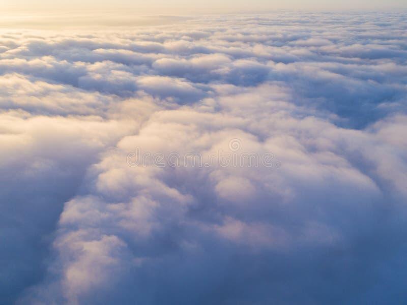 Vit för den flyg- sikten fördunklar i blå himmel Top beskådar Sikt från surret Flyg- sikt för öga för fågel` s Flyg- cloudscape f royaltyfria bilder