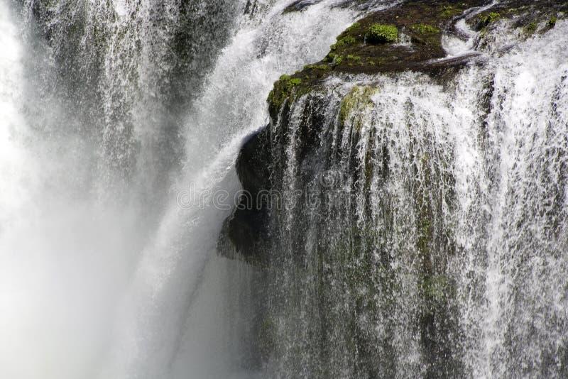 Vit för vatten för vattenfallnedgångvattenfall arkivbilder