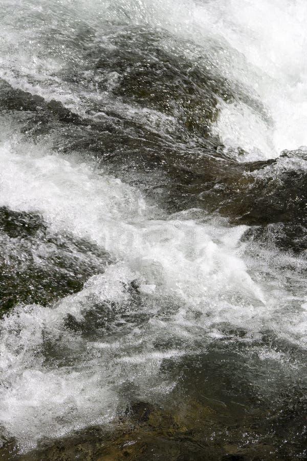 Vit för vatten för vattenfallnedgångvattenfall royaltyfri bild