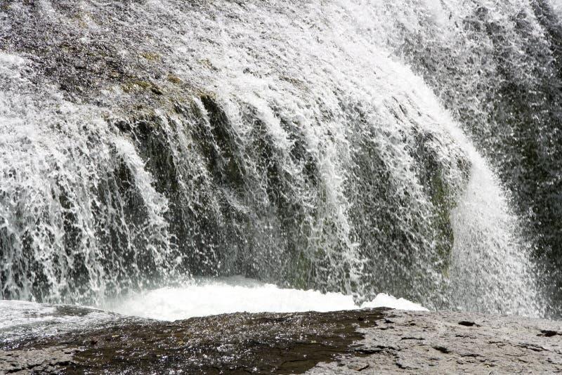 Vit för vatten för vattenfallnedgångvattenfall royaltyfria foton