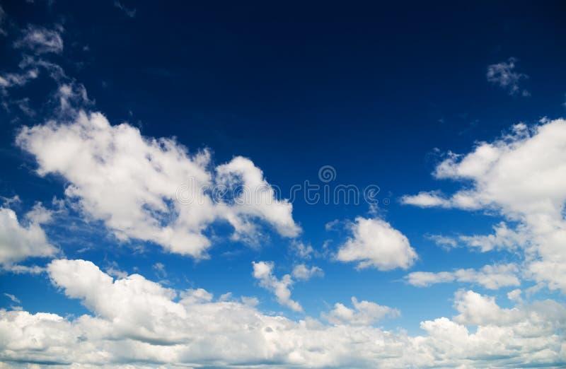 Vit fördunklar över blå himmel royaltyfri bild