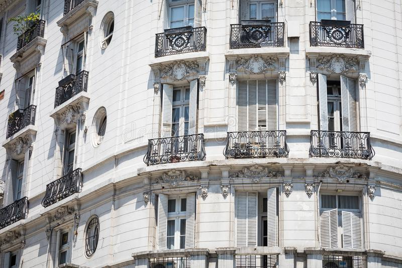 Vit fasad av historisk byggnad i Buenos Aires, Argentina royaltyfria bilder