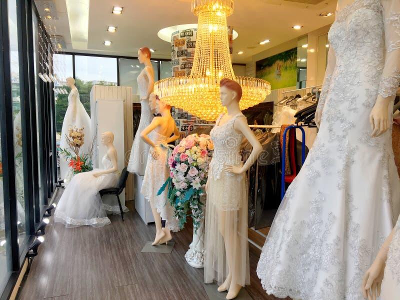 Vit fiance' klä i bröllopstudio av Bangkok, Thailand Augus royaltyfri bild