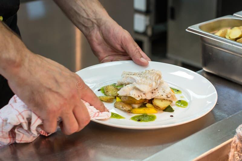 Vit fisk med potatisar och grönsaker royaltyfria bilder