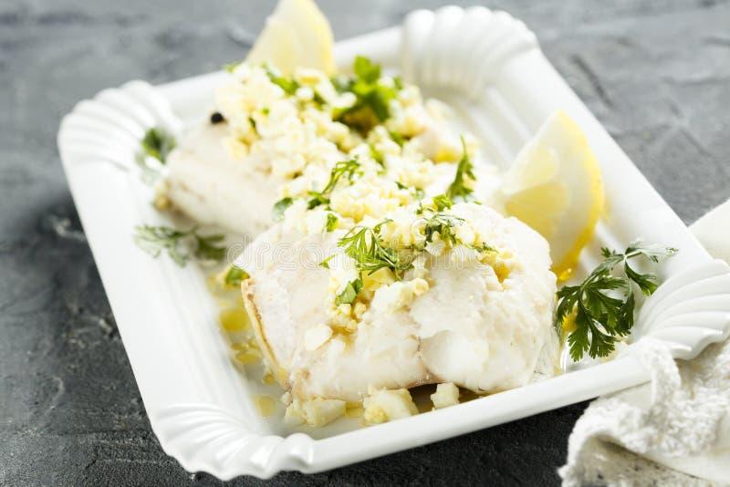 Vit fisk som lagas mat med persilja- och citronsås royaltyfri fotografi