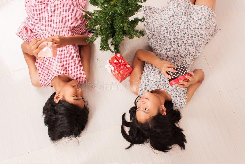 Vit gåvaask för gullig liten flicka fotografering för bildbyråer