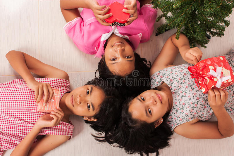 Vit gåvaask för gullig liten flicka royaltyfri bild