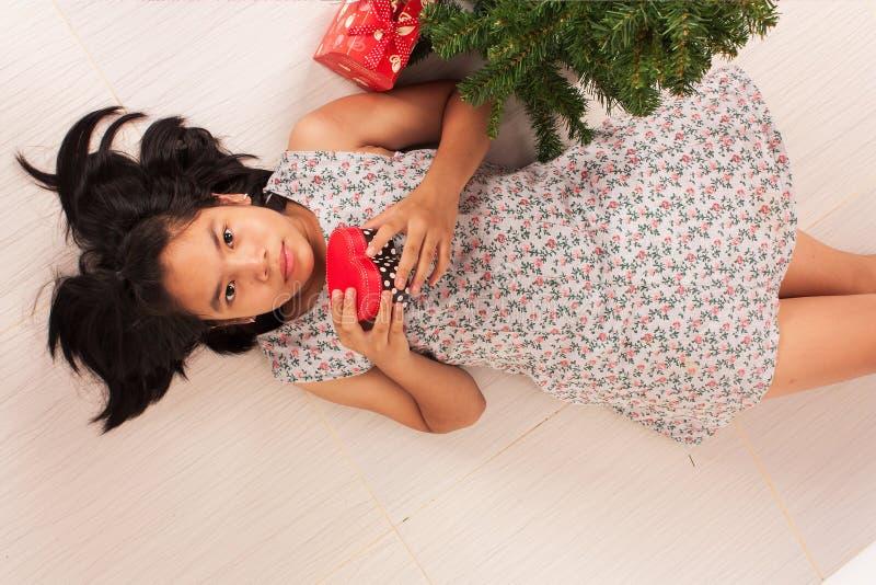 Vit gåvaask för gullig liten flicka arkivfoto
