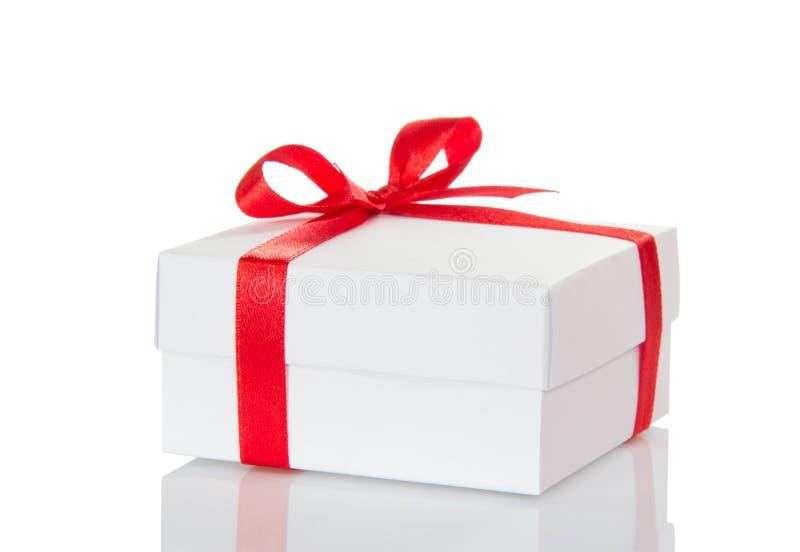 Vit gåvaask för jul med den röda pilbågen som isoleras på vit royaltyfri foto