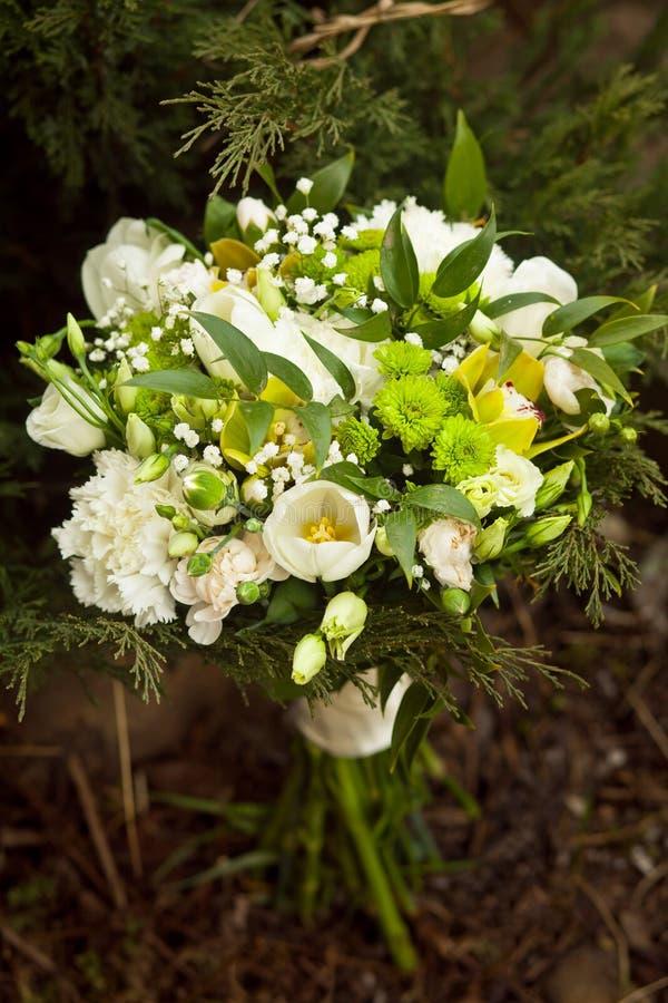 Vit gifta sig bukett nära greneryen royaltyfri foto