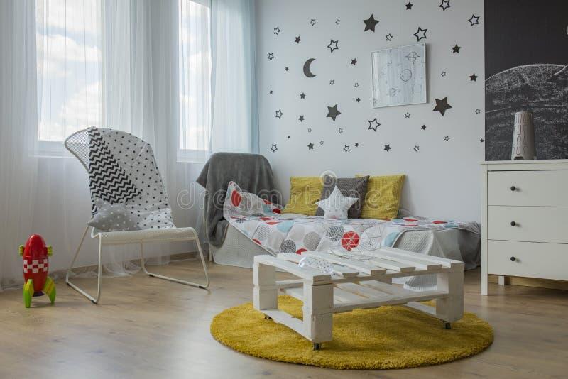 Vit-, grå färg- och gulingsovrum royaltyfria foton