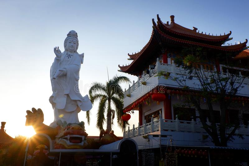 Vit Guan Yin Buddha staty i Maehia, Chiangmai, Thailand royaltyfria foton
