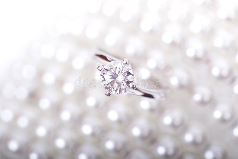 Vit guld- cirkel med diamanter royaltyfri bild