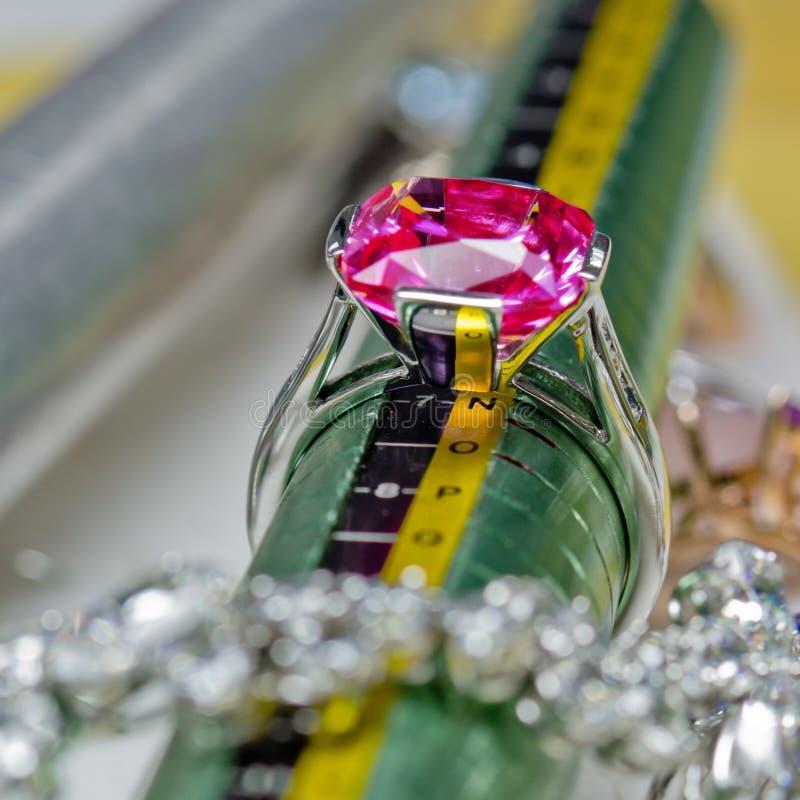 Vit guld- cirkel med rubinen fotografering för bildbyråer