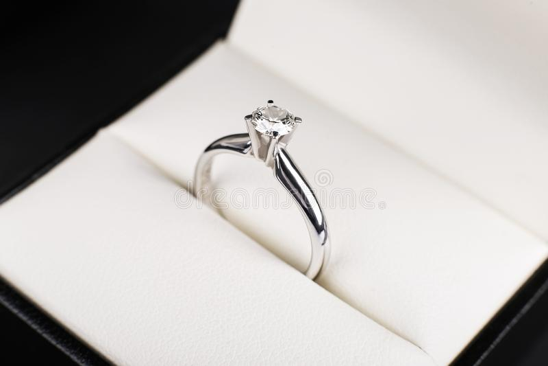 Vit guld- diamantförlovningsring, platina som boxas på vit bakgrund Bröllop erbjudande som en gåva för valentin dag royaltyfri fotografi