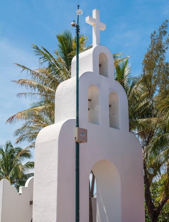 Vit härlig katolsk kyrka i mitten av Playa del Carme fotografering för bildbyråer