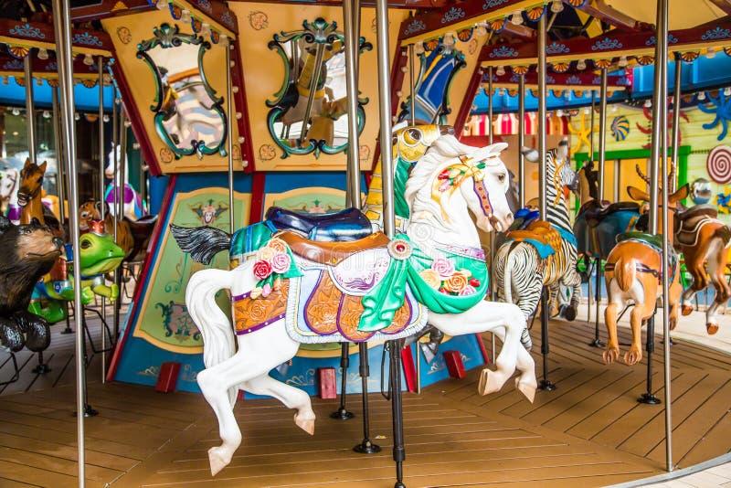 Vit häst på karusell arkivfoton