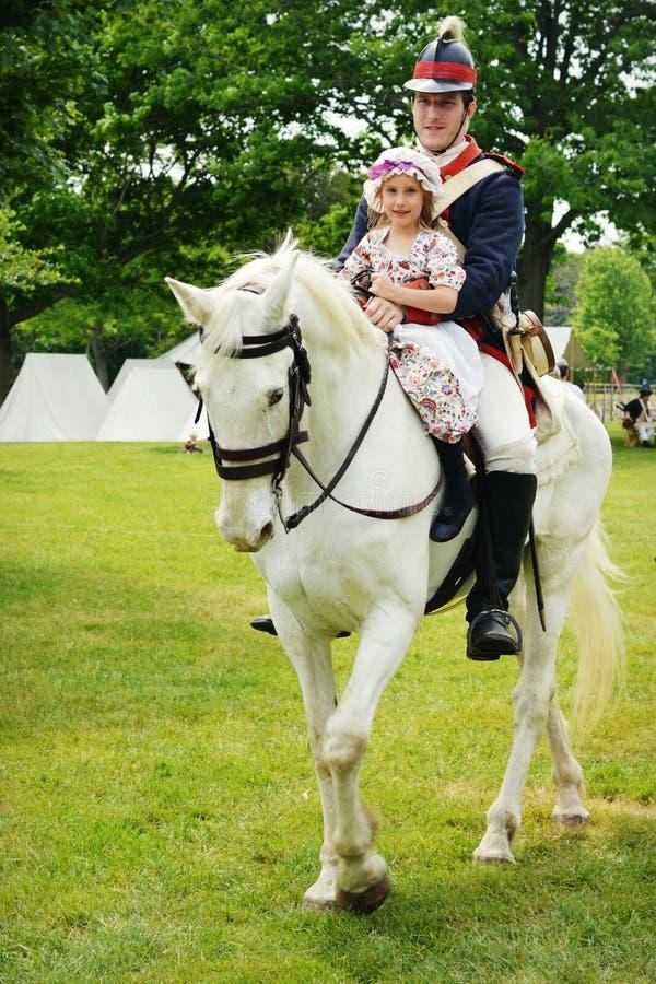 Vit häst, soldat, flicka fotografering för bildbyråer