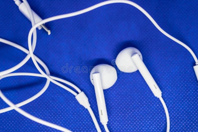 Vit hörlurar för det telefon- eller för musikspelare apparatbegreppet - bild royaltyfri foto