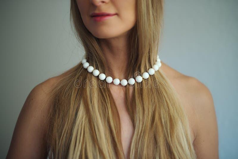 Vit halsband på blont hår arkivbild