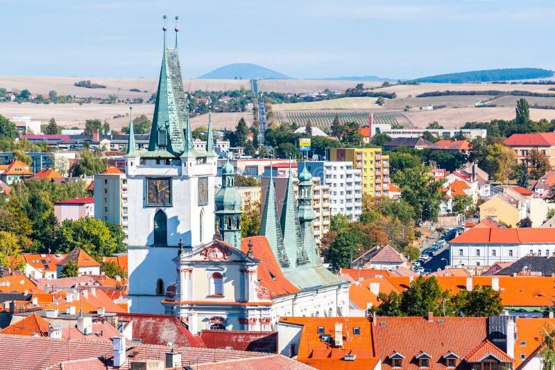 Vit helgonkyrka för torn allra nära den huvudsakliga fredfyrkanten, Litomerice, Tjeckien arkivbilder