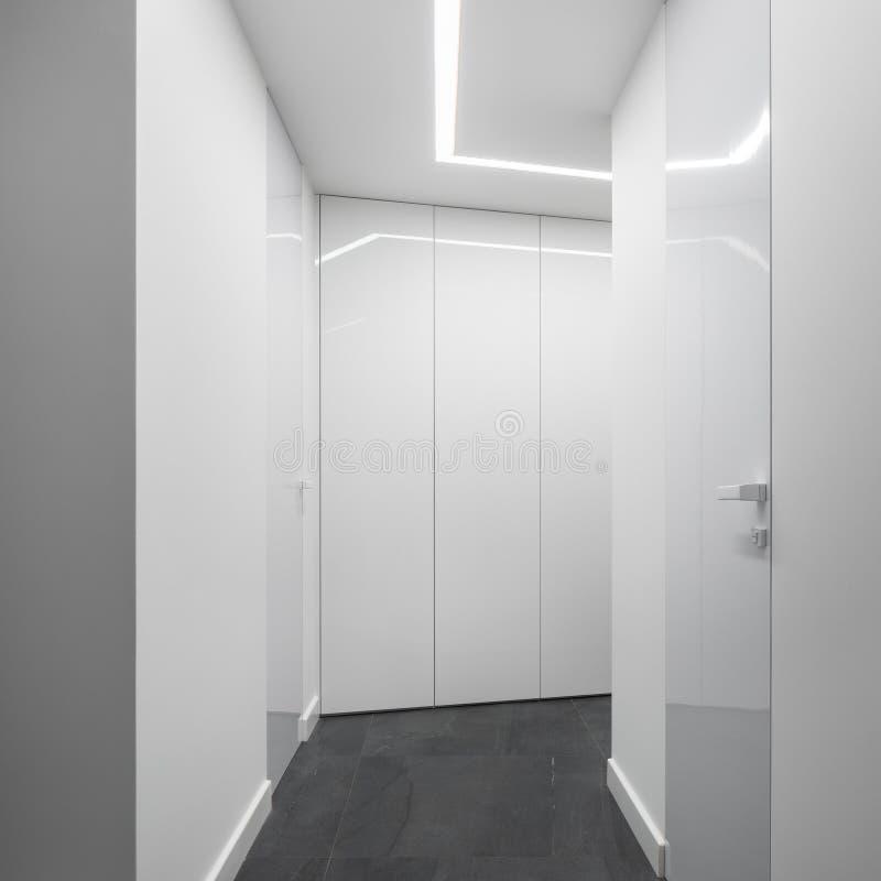Vit hem- korridor med det konkreta golvet royaltyfria foton