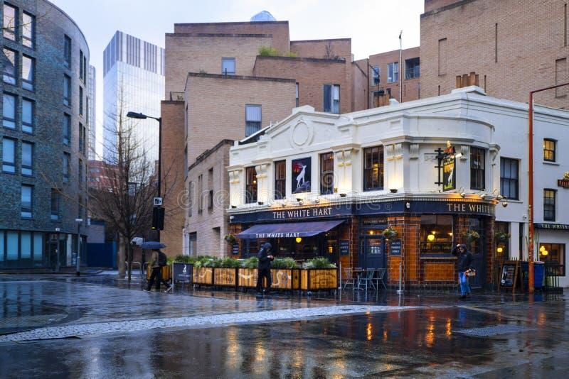 Vit hjortbar i Southwark, London, efter ett kort regn Yttre härlig bar och ljus blå himmel royaltyfri fotografi