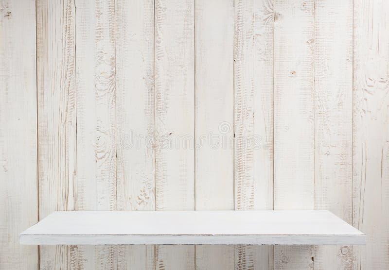 vit hylla på träväggen arkivfoton