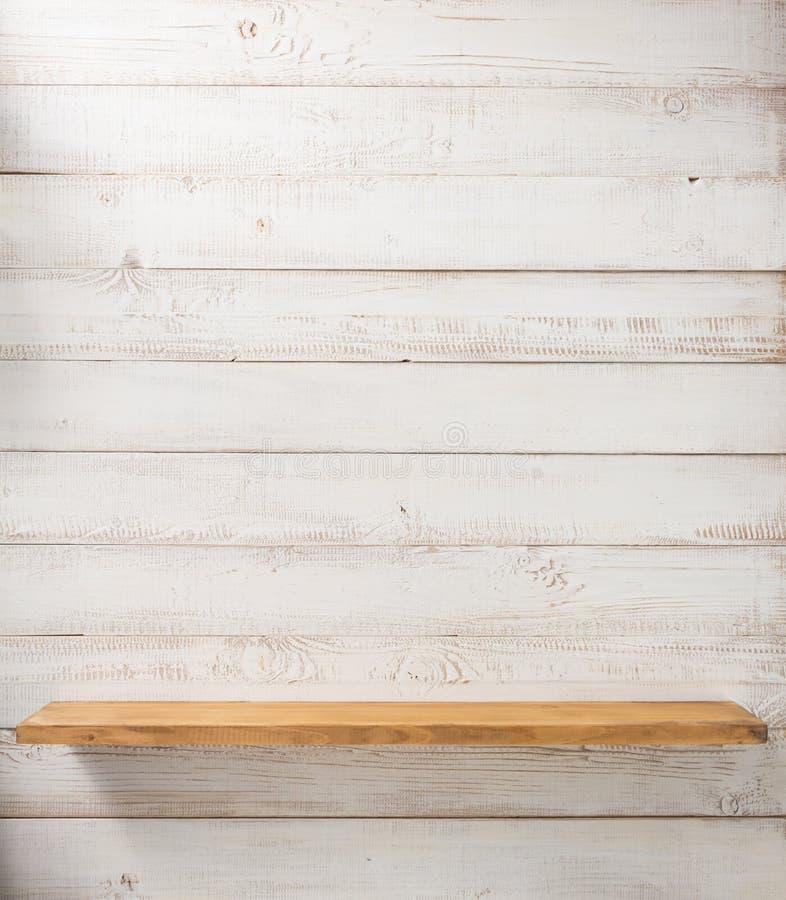 vit hylla på träväggen arkivbilder