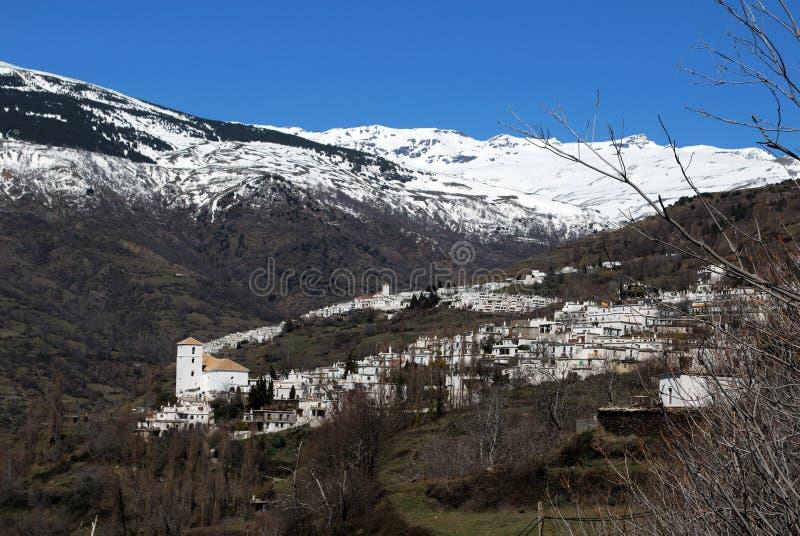 Vit by i berg, Bubion, Spanien. arkivfoto