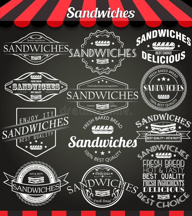Vit illustrationuppsättning av retro tappningetiketter, emblem och logoer för smörgåsar på svart tavla royaltyfri illustrationer