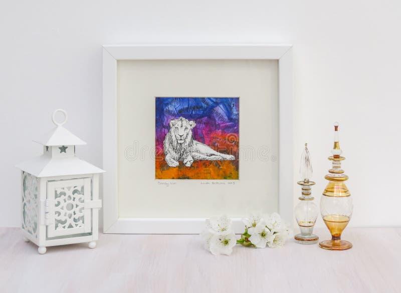 Vit inre skärm Inramad lejonmålning, färgrik bakgrund royaltyfri bild