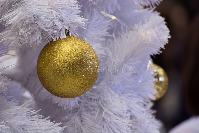 Vit julgran dekorerad brand och färgrika bollar royaltyfria bilder