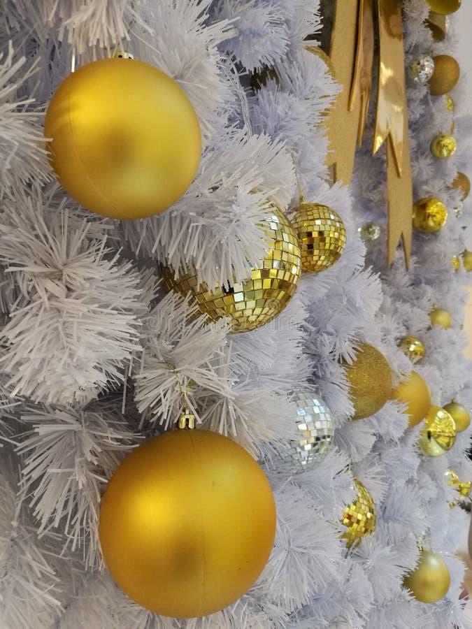Vit julgrangarnering som stängs upp prydnader och hängande guld- boll för disko och med silverglitter royaltyfria bilder