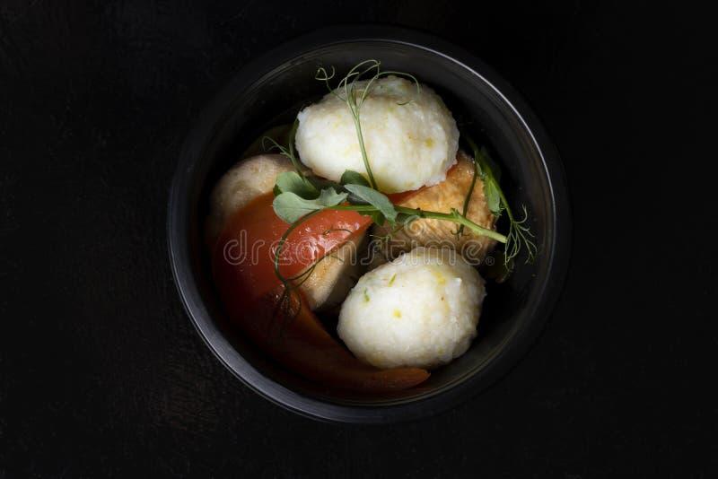 Vit kål för hav med kokta grönsaker, asiatiskt mål i plast- matbehållare, bästa sikt arkivfoton