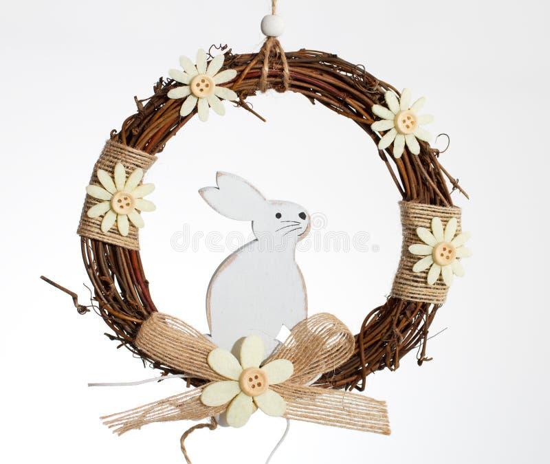 Vit kanin i en krans arkivbild
