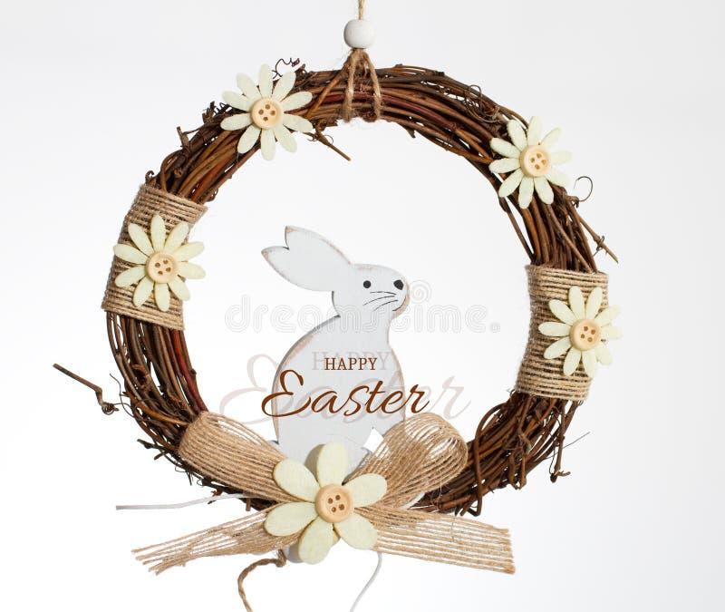 Vit kanin i en krans royaltyfria bilder