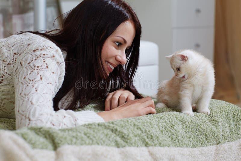 Vit kattunge royaltyfria foton
