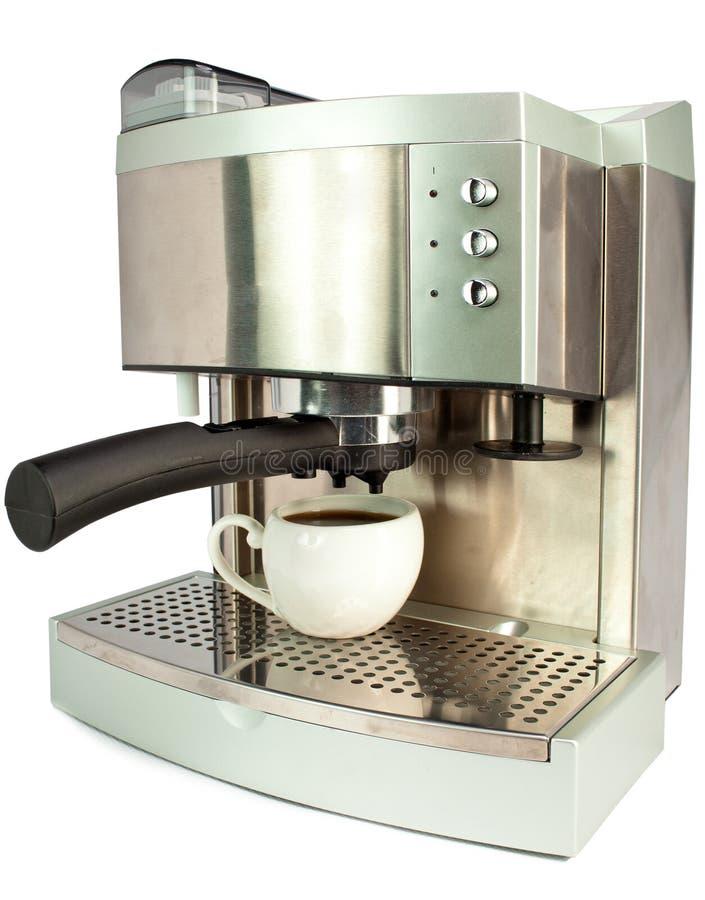 Vit keramisk kopp med svart kaffe och kaffemaskinen på en vit bakgrund fotografering för bildbyråer