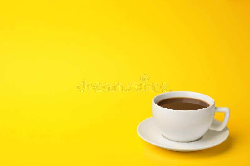 Vit keramisk kopp med varmt aromatiskt kaffe fotografering för bildbyråer