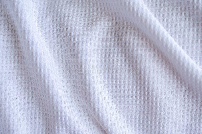 Vit klädsel i sportkläder, fotbolls-skjorta, konsistens, abstrakt bakgrund royaltyfria bilder