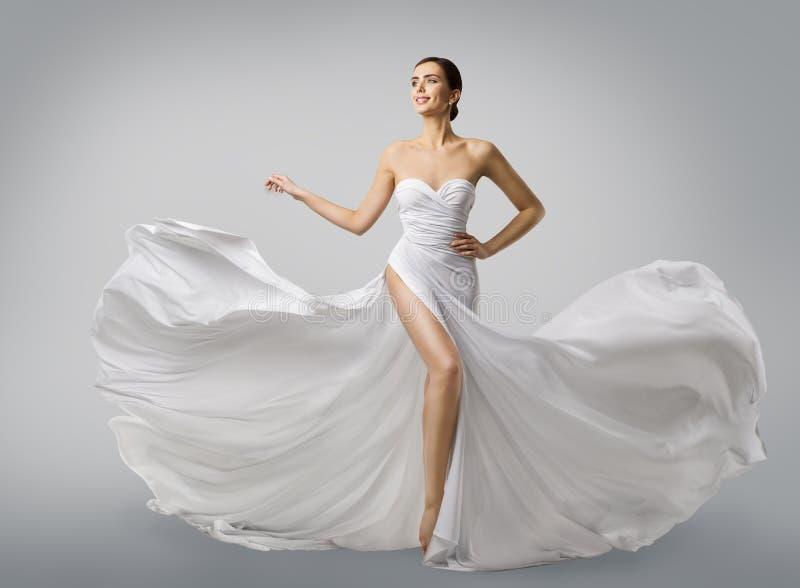 Vit klänning för kvinna, modemodell Bride i lång siden- bröllopkappa royaltyfria foton