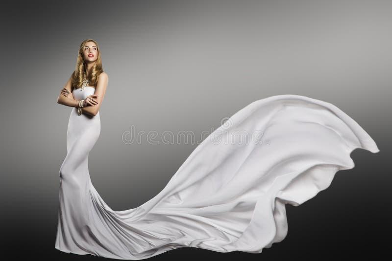 Vit klänning för kvinna, modemodell i lång vinkande siden- sexig kappa arkivbild
