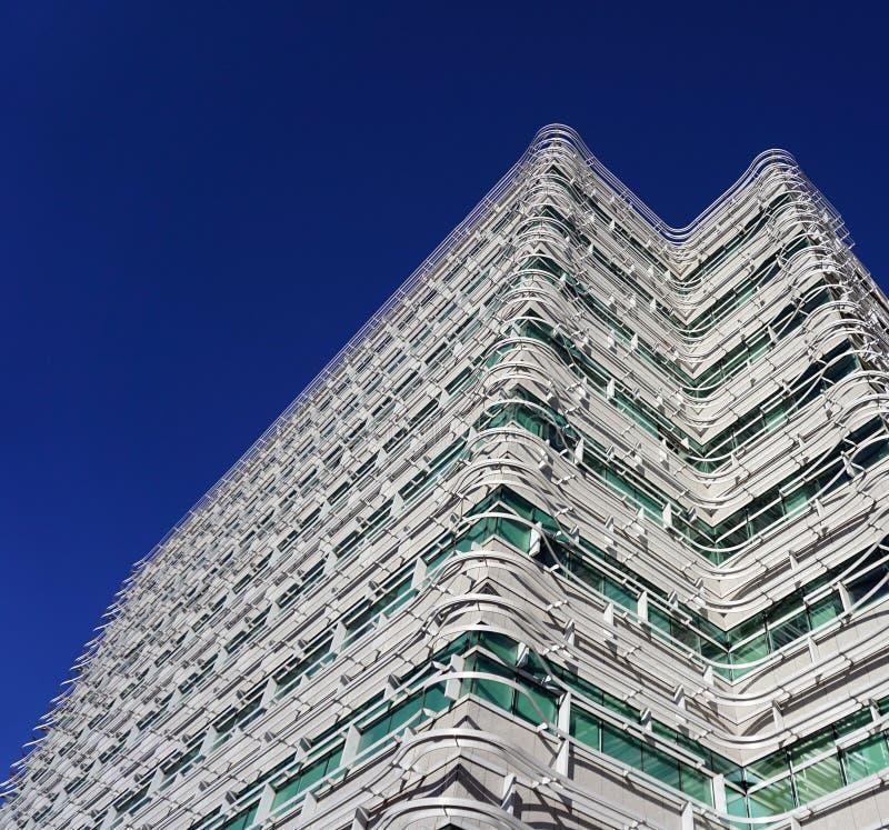 Vit konstbyggnad med blå himmel royaltyfri foto
