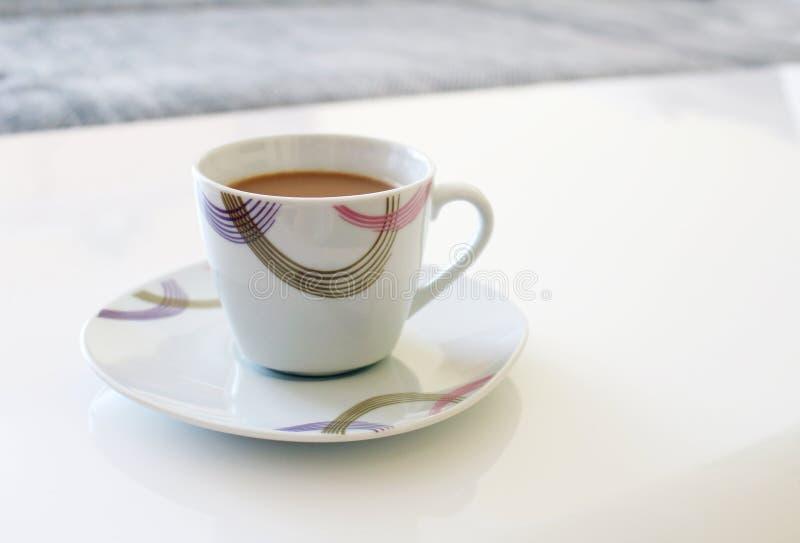 Vit kopp av stort kaffe med tefatet arkivbilder
