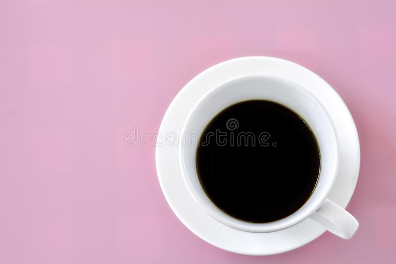 Vit kopp av svart kaffe p? rosa bakgrund Friskhet i morgonbegrepp fotografering för bildbyråer