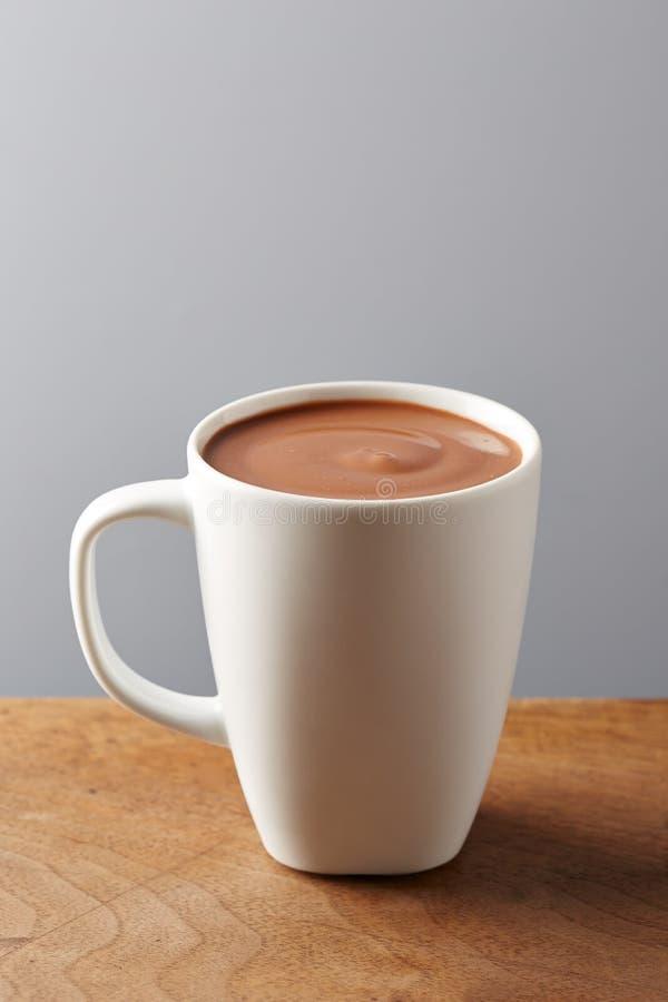 Vit kopp av varm choklad arkivfoto