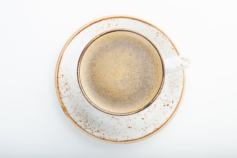 Vit kopp med cappuccinokaffe på vit träbakgrund Bästa sikt med kopieringsutrymme Lekmanna- lägenhet isolerat royaltyfri bild